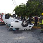 Vuelca extranjera coche en el centro de Cancún; hay dos heridos